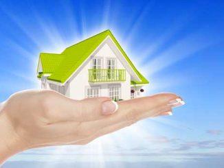 Dům v rukou na modré obloze