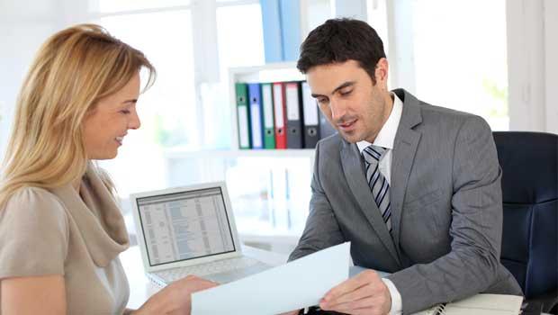 Finanční poradce radí ohledně půjčky.