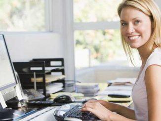 Žena vyřizuje půjčku přes počítač